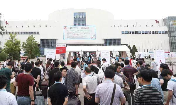 北京木工展首日丨究竟是什么样的诱惑,让郑太六面数控排钻现场如此热闹!